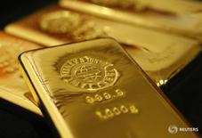 Слитки золота в магазине Ginza Tanaka в Токио 23 октября 2009 года. Золото подешевело до двухнедельного минимума в четверг после того, как последняя череда опросов, проведенных до начала референдума о членстве Британии в ЕС, указала на небольшое лидерство сторонников сохранения страны в блоке. REUTERS/Issei Kato
