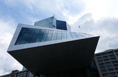 La sede del BCE en Fráncfort. El Banco Central Europeo está planeando dar a bancos de la zona euro una orientación no vinculante a fines de 2016 o principios de 2017 para que reduzcan su acumulación de deuda incobrable, presionando a los prestamistas pero no forzándolos, dijeron fuentes. REUTERS/Ralph Orlowski/File Photo