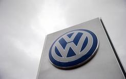 El logo de Volkswagen en una concesionaria en Londres, nov 5, 2015. El acuerdo entre Volkswagen AG y los reguladores de Estados Unidos debido al escándalo de las emisiones de los modelos diésel está valorado en cerca de 10.300 millones de dólares, dijo el jueves una fuente con conocimiento del convenio.    REUTERS/Suzanne Plunkett/File photo