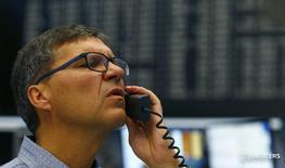 Трейдеры на торгах фондовой биржи во Франкфурте-на-Майне 24 июня 2016 года. Европейские фондовые индексы рухнули более чем на 8 процентов в начале торгов пятницы под давлением акций банковского сектора и приготовились показать крупнейший в истории однодневный процентный спад, после того, как Великобритания в ходе референдума проголосовала за выход страны из Европейского союза. REUTERS/Ralph Orlowski
