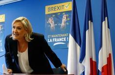 """Марин Ле Пен, лидер французского ультраправого """"Национального фронта"""", на пресс-конференции в Нантере под Парижем 24 июня 2016 года. """"Национальный фронт"""" в пятницу призвал к проведению во Франции референдума о членстве в ЕС, ответив ликованием на Brexit. REUTERS/Jacky Naegelen"""