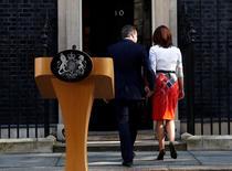 Premiê britânico, David Cameron, e esposa, Samantha, entrando em gabinente, em Londres.     24/06/2016         REUTERS/Stefan Wermuth