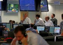 Un televisor muestra la renuncia del primer ministro británico David Cameron, mientras operadores inician la jornada en la Bolsa de Valores de Londres. 24 de junio de 2016. Los bolsas globales se desplomaban el viernes después de que Reino Unido votó por abandonar la Unión Europea, con pérdidas equivalentes a 2 billones de dólares en capitalización de mercado mientras el dinero fluía hacia el oro y los bonos soberanos. REUTERS/Russell Boyce