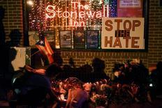 Homenagens a vítimas de ataque em Orlando no bar The Stonewall Inn em Nova York.  12/6/2016. REUTERS/Mark Kauzlarich