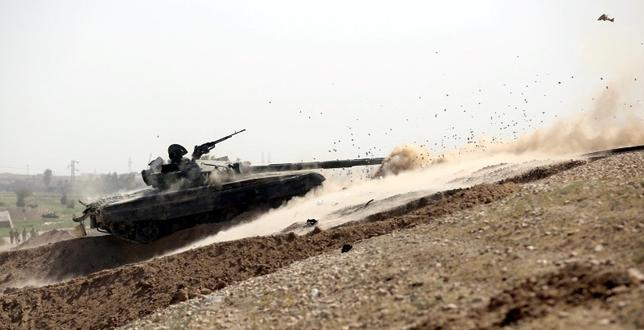 A tank belonging to the Iraqi army fires toward Islamic State militants in Falluja, Iraq, June 25, 2016. Picture taken June 25, 2016. REUTERS/Stringer