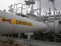 Трубопроводы на Стратегическом нефтяном резерве США в Техасе. Цены на нефть снижаются в понедельник, расширяя резкие потери, вызванные решением Великобритании выйти из состава Евросоюза, которое привело к масштабной распродаже на мировых рынках в пятницу. REUTERS/Richard Carson