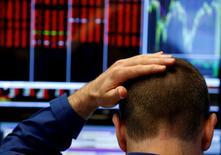 Las acciones de los bancos británicos se hundían el lunes por temores sobre las consecuencias de la decisión de los ciudadanos británicos de abandonar la Unión Europea, que provocaba rebajas en las estimaciones de beneficios y ventas por parte de unos traumatizados inversores. En la imagen, un operador se toca la cabeza en la Bolsa de Nueva York (NYSE) en Nueva, 24 de junio de 2016. REUTERS/Lucas Jackson