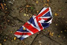 L'agence de notation Standard & Poor's a annoncé lundi la dégradation de deux crans de la note souveraine à long terme de la Grande-Bretagne ramenée de AAA à AA avec une perspective négative. /Photo prise le 24 juin 2016/ REUTERS/Reinhard Krause