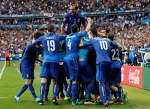 Football Soccer - Italy v Spain - EURO 2016 - Round of 16 - Stade de France, Saint-Denis near Paris, France - 27/6/16 Italy's Graziano Pelle celebrates with teammates after scoring their second goal  REUTERS/Darren Staples