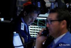 Трейдеры на торгах Нью-Йоркской фондовой биржи 28 июня 2016 года. Фондовые торги в США во вторник открылись резким повышением ведущих индексов, поскольку инвесторы принялись скупать акции, которые подешевели после неожиданного решения Великобритании покинуть Евросоюз, спровоцировавшего двухдневную распродажу на мировых рынках. REUTERS/Brendan McDermid