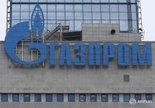 Логотип Газпрома на здании компании в Москве 24 февраля 2015 года. Газпром рассчитывает на среднюю экспортную цену газа в 2016 году на уровне $199 за тысячу кубометров против $243 в прошлом году, говорится в материалах компании. REUTERS/Maxim Zmeyev
