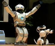 Роботы компании Sony Corp на форуме Robodex в Токио 24 марта 2004 года. Японская компания Sony в среду повысила целевой показатель продаж в подразделении видеоигр в 2017 году в надежде на успех нового шлема виртуальной реальности и сообщила, что вновь займётся производством роботов после 10-летнего перерыва.  REUTERS/Toshiyuki Aizawa/File Photo