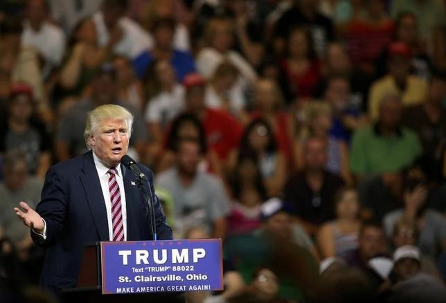 6月28日、ロイターとイプソスの調査で、ドナルド・トランプ氏の支持者は、アフリカ系米国人を「犯罪者」、「知的でない」などと表現する傾向が、他の共和党候補支持者や民主党のヒラリー・クリントン氏の支持者に比べて強いことが分かった。オハイオ州の集会で撮影(2016年 ロイター/Aaron Josefczyk)