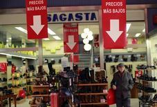 Un hombre camina delante de una tienda en Sevilla, España, el 12 de diciembre de 2014. La confianza económica de la zona euro cayó en junio, después de que una subida en la industria fuese contrarrestada por un menor optimismo entre las firmas de servicios y los consumidores, mientras que las expectativas de inflación aumentaron, mostraron el miércoles datos de la Comisión Europea. REUTERS/Marcelo del Pozo