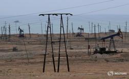 Станки-качалки в Сиазане, Азербайджан 20 июня 2016 года. Цены на нефть упали в ходе торгов четверга на фоне ослабления опасений по поводу перебоев поставок из-за возможной забастовки в Норвегии и улучшения ситуации с производством в Нигерии. REUTERS/Maxim Shemetov