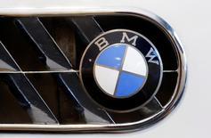 BMW est en passe d'annoncer un partenariat pour le développement de voitures autonomes avec le spécialiste israélien des systèmes d'assistance à la conduite Mobileye et le géant des semi-conducteurs Intel, selon une source proche du dossier. /Photo prise le 10 juin 2016/REUTERS/Arnd Wiegmann