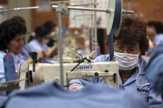 Unas trabajadoras en una planta textil en Bogotá, dic 16, 2009. El desempleo urbano en Colombia bajó a un 9 por ciento en mayo frente al mismo mes del año pasado, el nivel más bajo en los últimos 16 años, informó el jueves el Gobierno, un dato visto como positivo en una economía en desaceleración.  REUTERS/John Vizcaino (COLOMBIA - Tags: POLITICS BUSINESS EMPLOYMENT) - RTXRWSU