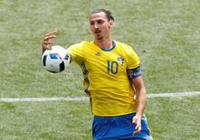 Atacante sueco Zlatan Ibrahimovic durante treino em Toulouse, França.   17/06/2016 REUTERS/ Vincent Kessler Livepic