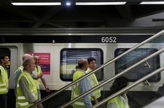 Secretário estadual de transportes do Rio de Janeiro, Rodrigo Vieira (direita), durante visita a estação do metrô na Barra da Tijuca. 30/06/2016 REUTERS/Ricardo Moraes