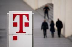 El loto de Deutsche Telekom en la sede de la compañía en Alemania, 25 de febrero de 2016. Deutsche Telekom está preparando la venta de sus torres de telecomunicaciones en Alemania en una operación que podría alcanzar los 5.000 millones de euros (5.500 millones de dólares) y con la que busca liberar efectivo para invertir en la modernización de su red de banda ancha europea, dijeron fuentes cercanas al asunto. REUTERS/Wolfgang Rattay