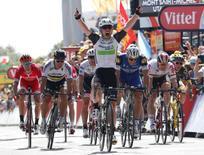 Cycling - Tour de France cycling race - The 188-km (117 miles) 1st stage from Mont Saint-Michel to Utah Beach Sainte-Marie-du-Mont, France - 02/07/2016 - Team Dimension Data rider Mark Cavendish of Britain celebrates win on finish line.     REUTERS/Juan Medina