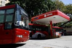 Imagen de una gasolinera de la compañía petrolera estatal venezolana PDVSA en Caracas. 30 junio 2016. PDVSA reportó el sábado un desplome del 40,7 por ciento interanual en sus ingresos totales del 2015, como consecuencia principalmente del retroceso de los precios del crudo. REUTERS/Carlos Garcia Rawlins