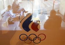 El Tribunal de Arbitraje Deportivo (TAS, por sus siglas en francés) dijo el lunes que intervendrá para resolver el conflicto entre Rusia, sus atletas y el ente rector del atletismo mundial sobre la participación del país en los Juegos Olímpicos de Río. En la imagen de archivo, se ve a varias personas a través de un cristal en una reunión en la sede el comité olímpico ruso en Moscú, el 18 de noviembre de 2015. REUTERS/Maxim Zmeyev