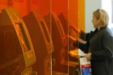 Женщина у платежного терминала в отделении Сбербанка в Москве. 10 июня 2016 года. Госдума РФ хочет ограничить объем долга заемщика-физлица, включающий сумму кредита, проценты, штрафы, по одному кредитному договору трекратным размером этого потребительского кредита, следует из законопроекта, внесенного в Госдуму. REUTERS/Maxim Shemetov