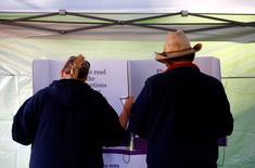 Жители Австралии на избирательном участке в штате Новый Южный Уэльс. 22 июня 2016 года. Независимые кандидаты, которые, вероятно, определят непредсказуемый исход выборов в Австралии, оказались в центре внимания в понедельник; зазвучала ксенофобская риторика, впервые выплеснувшаяся на публику два десятка лет назад. REUTERS/David Gray