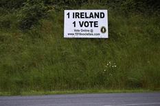 """Стенд с надписью """"Одна Ирландия, один голос"""" у дороги в североирландском городе Арма. 28 июня 2016 года.Протестующие юнионисты Северной Ирландии выстроились в очередь за ирландскими паспортами в Белфасте, а некогда тихие католики-националисты открыто агитируют за единую Ирландию. В самой сложной части Соединённого Королевства заметны признаки углубления проблем на фоне решения британцев покинуть ЕС. REUTERS/Clodagh Kilcoyne"""