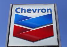 Chevron, qui a validé un projet d'extension de son gisement de Tengiz (TCO) au Kazakhstan, à suivre mardi sur les marchés américains à Wall Street. /Photo d'archives/REUTERS/Mike Blake/