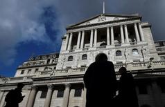 """Personas caminan cerca del Banco de Inglaterra en Londres, el 29 de marzo de 2016. El Banco de Inglaterra adoptó medidas el martes para asegurar que los prestamistas sigan ofreciendo créditos y para que las aseguradoras no se deshagan de los bonos corporativos durante un período """"desafiante"""" luego de la decisión de Reino Unido de abandonar la Unión Europea. REUTERS/Toby Melville/File Photo"""