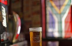 A glass of SABMiller's flagship brew, Castle Lager is seen at a bar in Cape Town, South Africa November 10, 2015.  REUTERS/Mike Hutchings