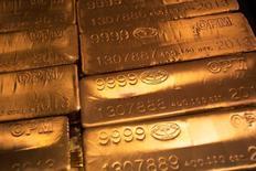 Золотые слитки в Нью-Йорке. Цена золота выросла до максимума более чем двух лет в среду, поскольку слабость фондовых рынков и падение доходности некоторых облигаций до рекордных минимумов после референдума в Великобритании подогрело интерес инвесторов к безопасному металлу.  REUTERS/Shannon Stapleton/File Photo