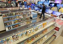 Отдел DVD-дисков в магазине М.Видео в Москве. 15 апреля 2016 года. Потребительские цены в России с 28 июня по 4 июля 2016 года выросли на 0,4 процента, тогда как в предыдущие три недели повышались лишь на 0,1 процента, сообщил Росстат. REUTERS/Maxim Zmeyev