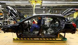 Un trabajador en el interior de un modelo GLA en la planta de Mercedes Benz en Rastatt  el 22 de enero de 2016. Los pedidos industriales alemanes se mantuvieron sin cambios en mayo debido a una menor demanda interna, según datos publicados el miércoles que incumplieron las expectativas del mercado y sugieren que el crecimiento de la mayor economía de Europa se ralentizará en el segundo trimestre. REUTERS/Kai Pfaffenbach/File Photo