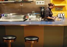 Imagen de archivo de una mesera en un restaurante AS220 en Providence, EEUU, nov 17, 2009. El ritmo de crecimiento del sector de servicios de la economía de Estados Unidos aumentó en junio al ritmo más veloz en siete meses, mostró un sondeo de la industria publicado el miércoles.    REUTERS/Brian Snyder