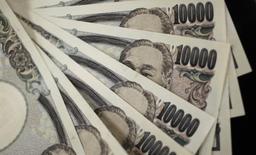 Billetes de 10.000 yenes en Tokio, ago 2, 2011.  La seguridad que ofrece el yen siguió haciendo subir el miércoles a la divisa japonesa, mientras la libra esterlina se hundió a un nuevo mínimo en 31 años por el aumento de las preocupaciones sobre el impacto que tendrá en la economía global el voto británico para abandonar la Unión Europea. REUTERS/Yuriko Nakao