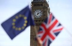 Banderas del Reino Unido y de la Unión Europea, durante un evento de la campaña por la permanencia en la Unión Europea, en Londres, Inglaterra. 19 de junio de 2016. Los rendimientos de bonos soberanos de alta calificación y las expectativas inflacionarias a largo plazo en la zona euro tocaron nuevos mínimos el miércoles, ante temores de que la decisión de Reino Unido de abandonar la Unión Europea desacelere el crecimiento global. REUTERS/Neil Hall/File Photo