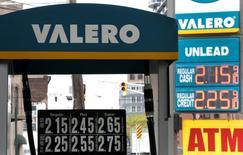 Una gasolinera de Valero en Hoboken, EEUU, mayo 2, 2016. El petróleo subió el miércoles casi un 2 por ciento luego de que sólidos datos económicos en Estados Unidos pusieron fin a dos días de bajas, aunque un exceso de oferta de gasolina y las preocupaciones por la salida de Reino Unido de la Unión Europea podrían seguir presionando los precios.   REUTERS/Mike Segar