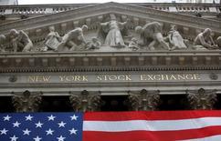 La Bourse de New York a fini en hausse mercredi à l'issue d'une séance volatile, soutenue par une nette accélération de la croissance dans les services en juin. Le Dow Jones a gagné 0,42%, à 17.916,05 points. /Photo d'archives/REUTERS/Chip East