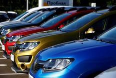 Renault a vendu au premier semestre 1.567.720 véhicules à travers le monde, soit une hausse de 13,4% alors que le marché mondial a progressé dans l'intervalle de 2,5%. /Photo prise le 9 juin 2016/REUTERS/Vasily Fedosenko
