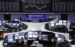 Las bolsas europeas abrieron estables el viernes, apuntaladas por la subida de las acciones mineras por los precios más firmes del mercado, aunque algunos de los principales índices continuaban dirigiéndose a su peor semana en unos cinco meses. En la imagen, operadores en sus despachos de la Bolsa de Fráncfort, el 7 de julio de 2016. REUTERS/Staff/remote