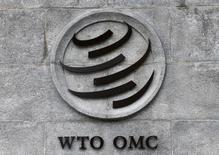 """El logo de la OMC en su sede en Ginebra, Suiza. 3 de junio de 2016. El comercio global seguiría débil de cara al tercer trimestre y es necesario mantener la vigilancia contra cualquier medida que limite la actividad y contrarrestar la """"dañina"""" retórica contra el intercambio global, dijo el viernes el director general de la OMC. Denis Balibouse / Reuters"""