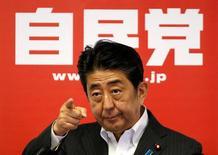 Синдзо Абэ на пресс-конференции после победы его коалиции на выборах. Правящая коалиция премьер-министра Японии Синдзо Абэ одержала сокрушительную победу на выборах в верхнюю палату парламента в воскресенье, несмотря на опасения об экономических преобразованиях премьера и его планы пересмотра конституции.  REUTERS/Toru Hanai