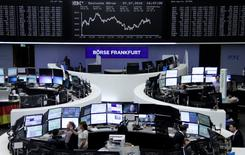 Фондовая биржа Франкфурта-на-Майне. Акции Европы выросли третью сессию кряду в понедельник благодаря ралли бумаг производителей стали и финансовых компаний.   REUTERS/Staff/remote