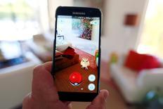 El juego Pokemon Go visto en un celular, en esta fotografía ilustrativa tomada en Palm Springs, California, Estados Unidos. 11 de julio de 2016. Las acciones de la japonesa Nintendo Co Ltd volvieron a dispararse el lunes, aumentando en 7.500 millones de dólares la capitalización bursátil de la compañía en dos días, porque los inversores aclamaron el éxito de Pokemon GO, su primera incursión en los juegos para móviles. REUTERS/Sam Mircovich/Illustration