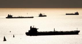 Нефтяные  и СПГ танкеры стоят на якоре у порта Марселя. 27 октября 2010 года. Нефть дорожает во вторник, поскольку сбой отгрузок в иракском городе Басра угрожает срывом поставок. REUTERS/Jean-Paul Pelissier/File Photo
