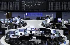 Las bolsas europeas subían el martes, impulsadas por un alza de Shire tras unos resultados positivos en las pruebas de un medicamento, con Daimler avanzando también tras presentar sus resultados trimestrales. En la imagen, unos operadores en la bolsa de Fráncfort, el 11 de julio de 2016.  REUTERS/Staff/Remote