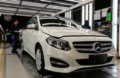 Цех завода по производству Mercedes в венгерском городе Кечкемет. 29 апреля 2016 года. Операционная прибыль Daimler во втором квартале выросла за счет хороших показателей подразделений, выпускающих фургоны и автобусы, что позволило немецкому автоконцерну сохранить свой прогноз годовой прибыли. REUTERS/Laszlo Balogh
